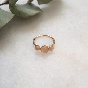 bague dorée à l'or fin et ornée de pierres en quartz rose