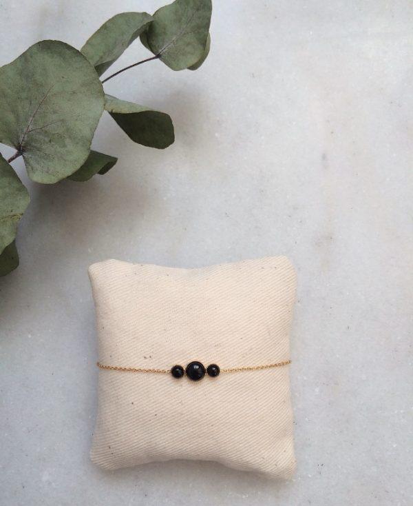 Bracelet doré à l'or fin et orné de pierres en agate noire