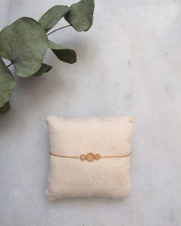 Bracelet doré à l'or fin et orné de pierres en quartz rose