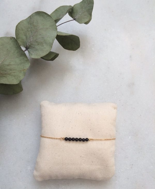 bracelet doré à l'or fin et perles en pierre agate noire