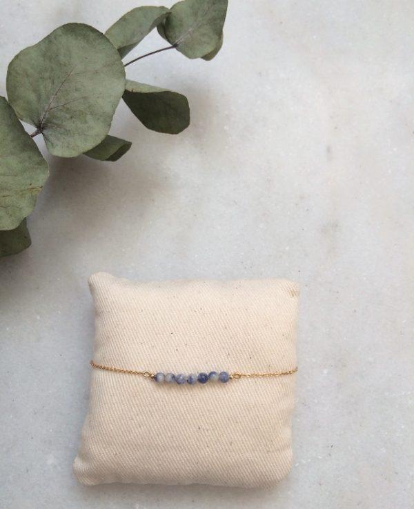 bracelet doré à l'or fin et perles en pierre sodalite