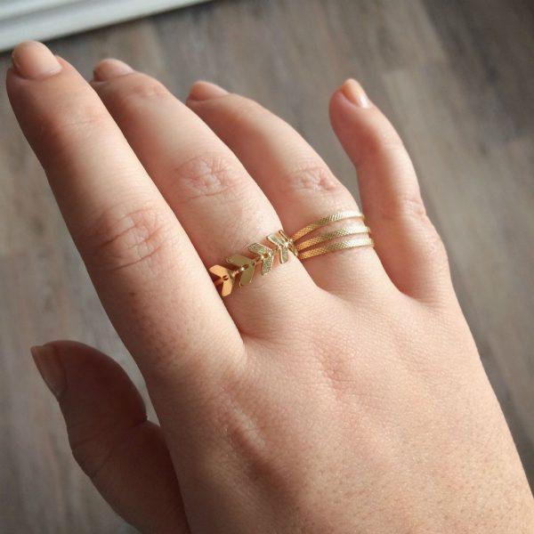 Accumulation de bijoux dorés à l'or fin.