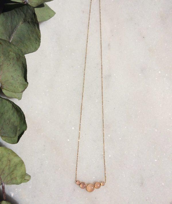 collier Astrée doré à l'or fin et orné de cabochons en quartz rose