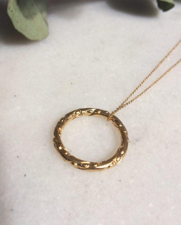 détail collier sautoir Esmeralda doré à l'or fin