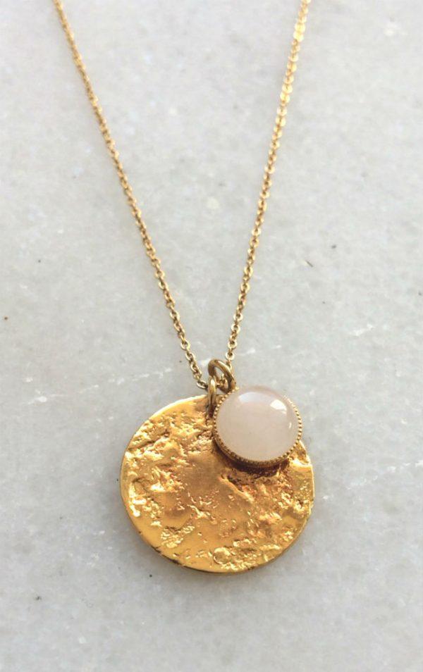 détail collier fantaisie doré et quartz rose