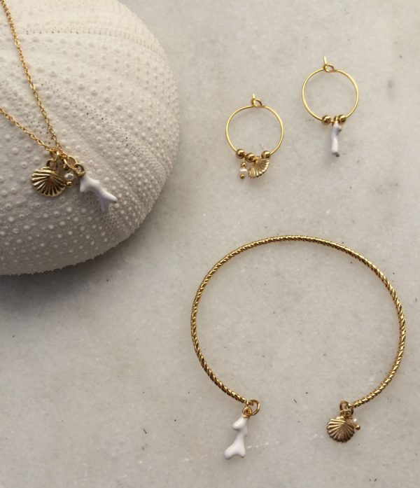 bracelet jonc, mini créoles et collier doré à l'or fin avec breloques coquillage, corail et perle