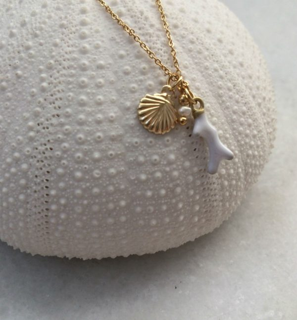 collier doré à l'or fin avec breloques coquillage, corail et perle