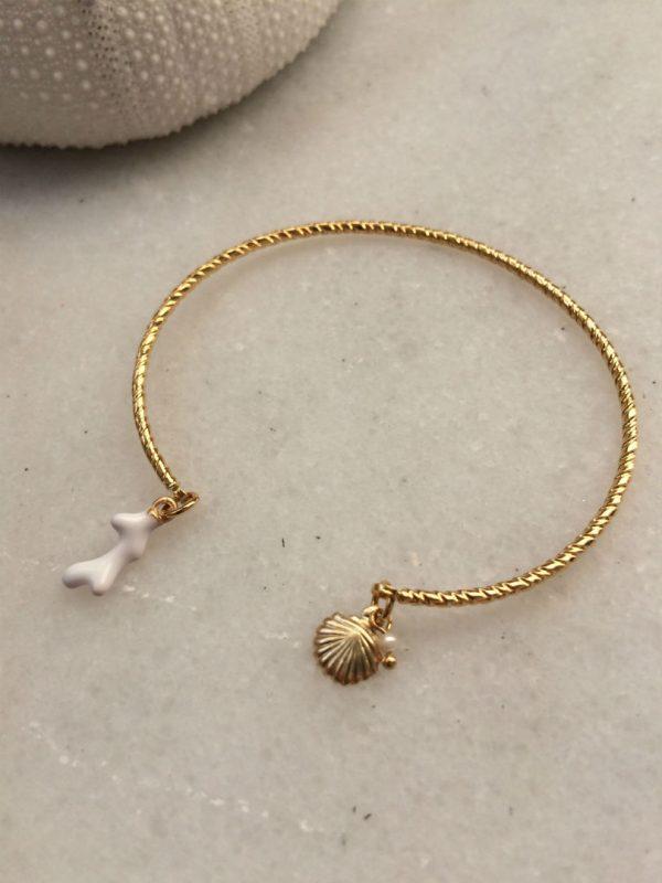 bracelet jonc doré à l'or fin avec breloques coquillage, corail et perle