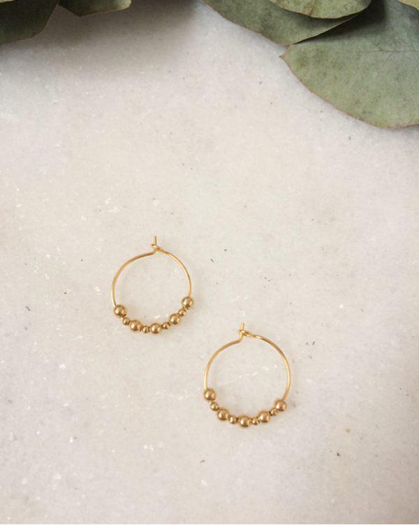 Mini créoles dorées à l'or fin et perles en métal