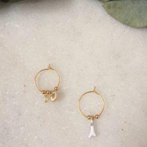 Mini créoles asymétriques dorées à l'or fin avec breloques coquillage, corail et perle