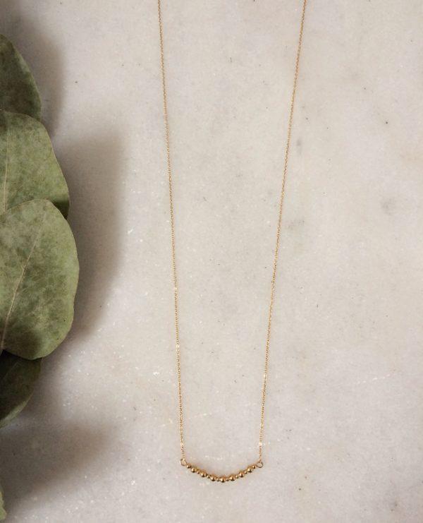 Collier doré à 'lor fin avec des perles en métal