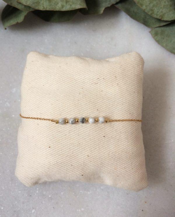 Bracelet chaîne fine et perle en howlite dorés à l'or fin